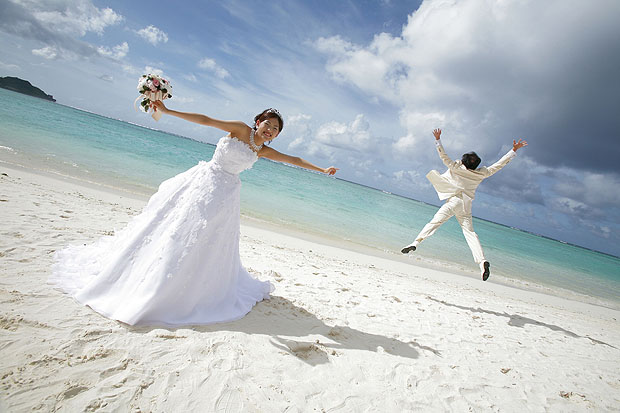 Wedding couple in beach
