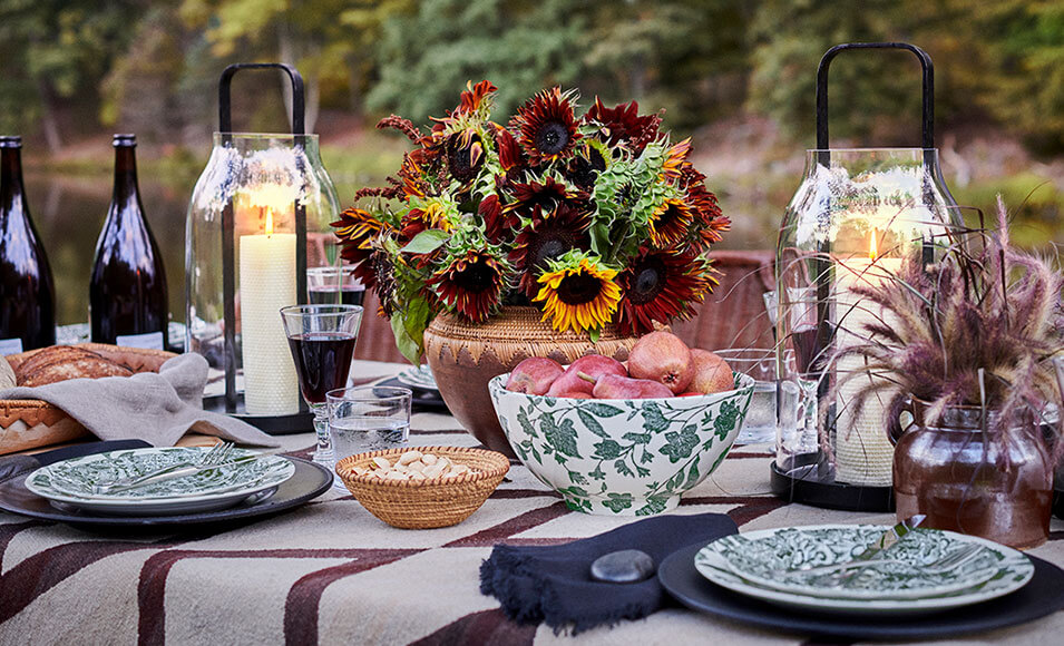 Table set with green leaf