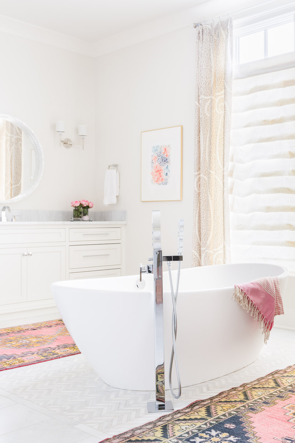 pale pink accents in the bath